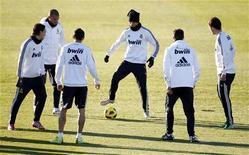 """<p>Игроки """"Реала"""" во время тренировки в пригороде Мадрида 28 ноября 2010 года. Главное противостояние испанского и, возможно, европейского футбола ждет болельщиков в ближайший понедельник: """"Барселона"""" примет на """"Камп Ноу"""" мадридский """"Реал"""". REUTERS/Juan Medina</p>"""