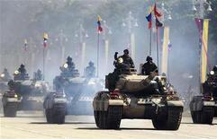 <p>Танки на параде в честь 200-летия независимости Венесуэлы в Каракасе 19 апреля 2010 года. Россия выделила Венесуэле $4 миллиарда на покупку вооружения после визита президента Уго Чавеса в Москву в прошлом месяце, в дополнение к тем миллиардам, которые социалистический лидер южноамериканской страны уже потратил на перевооружение армии. REUTERS/Jorge Silva</p>
