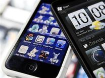 <p>Selon une étude du cabinet GfK, les utilisateurs de smartphones sont en majorité peu fidèles au fabricant de leur combiné multimédia, une tendance qui risque d'aiguiser la concurrence sur ce marché en plein essor. /Photo d'archives/REUTERS/Nicky Loh</p>