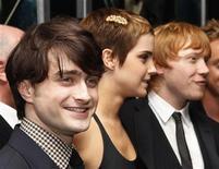 """<p>Atores Daniel Radcliffe (esq), Emma Watson e Rupert Grint (dir) na estreia do filme """"Harry Potter e as Relíquias da Morte: Parte 1"""" em Nova York. Harry Potter ficou à frente nas bilheterias munmundiaisdias pelo segundo final de semana consecutivo no domingo. 15/11/2010 REUTERS/Shannon Stapleton</p>"""