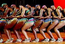 <p>Южно-африканские танцоры на репетиции шоу Africa Umoja в Гонконге 29 октября 2003 года. Ниже представлены некоторые культурные события, которые произойдут в Москве сегодня, 29 ноября. REUTERS/Kin Cheung</p>