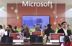 <p>Imagen de archivo de una tienda de Microsoft en Washington. Nov 18 2010 Microsoft mantuvo conversaciones con medios para obtener la licencia de canales para un nuevo servicio en línea de televisión paga a través de dispositivos como la consola de videojuegos Xbox, dijeron a Reuters dos personas con conocimiento sobre los planes. REUTERS/Marcus Donner/ARCHIVO</p>