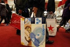 <p>Shoppers carry their Black Friday purchases as they leave Macy's in New York November 26, 2010. REUTERS/Jessica Rinaldi</p>