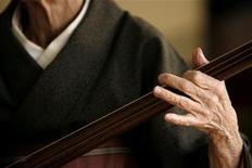 <p>Кокин, 98-летняя гейша, играет на традиционном японском инструменте сямисэне в Атами 16 ноября 2007 года. Ниже представлены некоторые культурные события, которые произойдут в Москве сегодня, 30 ноября. REUTERS/Kiyoshi Ota</p>