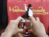 <p>Мужчина фотографирует восковую фигуру Майкла Джексона, 27 августа 2009 года. 1 декабря 1761 года родилась Мария Тюссо, француженка, открывшая в Лондоне знаменитый музей восковых фигур. REUTERS/Mario Anzuoni</p>