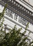<p>Здание отделения Bank of America Corp в Вашингтоне, 8 октября 2010 года. Акции Bank of America Corp упали во вторник на три процента на фоне опасений инвесторов, что крупнейший американский банк по объему активов может стать следующей мишенью веб-сайта WikiLeaks. REUTERS/Richard Clement</p>