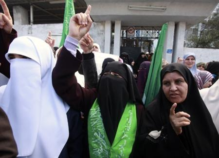 Hamas supporters take part in a protest in Gaza City November 29, 2010, calling for the release of Hamas prisoners from jails in the West Bank controlled by Palestinian President Mahmoud Abbas' security forces. REUTERS/Suhaib Salem