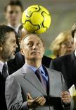 <p>Владимир Путин подбрасывает футбольный мяч на стадионе в Рио-де-Жанейро 22 нояюря 2004 года. Глава российского правительства Владимир Путин не будет участвовать в представлении заявки РФ на получение чемпионата мира 2018 года в Цюрихе. REUTERS/Bruno Domingos</p>