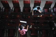 <p>Люди в интернет-кафе Тайюаня 13 августа 2010 года. Взрывы в московском метро, пожары, смог и отставка мэра столицы Юрия Лужкова возглавили список самых популярных запросов крупнейшего русскоязычного поисковика Яндекс в 2010 году. REUTERS/Stringer</p>