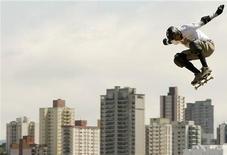 <p>Боб Бернквист делает прыжок на огромной рампе во время соревнования Oi MegaRamp в Сан-Паулу 23 ноября 2008 года. Тематическая фотовыставка, где на 250 снимках запечатлены эффектные трюки скейтеров, серферов и сноубордистов. География работ самая обширная: от Патагонии и архипелага Туамоту до Камчатки и Гренландии. REUTERS/Rodrigo Paiva</p>