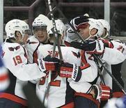 """<p>Игроки """"Вашингтона"""" радуются шайбе, заброшенной в ворота """"Нью-Йорка"""", в Нью-Йорке 9 ноября 2010 года. Лидер Национальной хоккейной лиги """"Вашингтон"""" одержал в среду четвертую победу подряд, увезя два очка из Сент-Луиса. REUTERS/Ray Stubblebine</p>"""