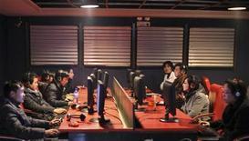 <p>Люди сидят в интернет-кафе в Шанхае 13 января 2010 года. Новости потеснили знаменитостей: разлив нефти в Мексиканском заливе и чемпионат пира по футболу в ЮАР возглавили список самых популярных запросов поисковика Yahoo! в 2010 году. REUTERS/Nir Elias</p>