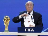 <p>Presidente da Fifa, Joseph Blatter, anuncia a Rússia como sede da Copa do Mundo de 2018. REUTERS/Christian Hartmann</p>