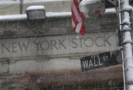 Snow falls on a Wall St. street sign in front of the New York Stock Exchange, February 25, 2010. REUTERS/Brendan McDermid