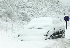 <p>Машина, заваленная снегом, стоит на дороге на юге Англии, 2 декабря 2010 года. Мороз и продолжительные снегопады дезорганизовали коммуникации Северной Европы в четверг, затронув также Францию, Германию и Швейцарию. REUTERS/Luke MacGregor</p>