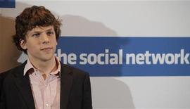 """<p>Актер Джесси Айзенберг во время фотосессии, приуроченной к выходу фильма """"Социальная сеть"""", 5 октября 2010 года. Байопик """"Социальная сеть"""", рассказывающий историю появления сайта Facebook, стал лучшим фильмом 2010 года по версии Национального совета кинокритиков США, что приблизило картину к возможности борьбы за """"Оскар"""". REUTERS/Thomas Peter</p>"""