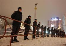 <p>Сотрудники милиции стоят на площади Независимости в Киеве, 3 декабря 2010 года. Киевские коммунальные службы под охраной милиции рано утром в пятницу очистили главную площадь столицы Украины от палаток предпринимателей, протестовавших против принятия нового Налогового кодекса, сказал Рейтер представитель милиции. REUTERS/Gleb Garanich</p>