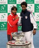 <p>Теннисисты Янко Типсаревич (слева) и Гаэль Монфис стоят перед кубком Дэвиса, 2 декабря 2010 года. Финал Кубка Дэвиса 2010 года откроется в пятницу матчем француза Гаэля Монфиса и серба Янко Типсаревича. REUTERS/Marko Djurica</p>