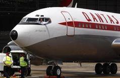 <p>Imagen de archivo de un avión de Qantas en un aeropuerto en Sidney. Nov 6 2010 Qantas Airways demandó a Rolls-Royce por problemas en el motor del Airbus A380 y por la pérdida de negocios, después de que investigadores concluyeran que un diseño defectuoso fue la causa probable de la falla de un motor en pleno vuelo el mes pasado. REUTERS/Daniel Munoz/ARCHIVO</p>