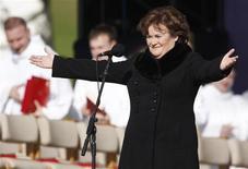 <p>Susan Boyle se apresenta no parque de Bellahouston, antes da chegada do papa Bento 16, em Glasgow. A cantora escocesa pode retornar ao topo das paradas norte-americanas na próxima quarta-feira. 16/09/2010 REUTERS/Phil Noble/Arquivo</p>