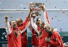 <p>Capitão da equipe sérvia, Bogdan Obradovic, e Nenad Zimonjic, Novak Djokovic, Janko Tipsarevic and Viktor Troicki levantam troféu da Copa Davis em Belgrado. A Sérvia comemorou a primeira vitória na Copa Davis neste domingo com a vitória de Viktor Troicki sobre o francês Michael Llodra. 05/12/2010 REUTERS/Marko Djurica</p>
