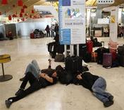 <p>Люди спят на полу в аэропорту в Мадриде, 4 декабря 2010 года. Испания может продлить на два месяца введенное в субботу чрезвычайное положение в связи с забастовками авиадиспетчеров и необходимостью подготовки военных диспетчеров для замещения тех из них, кто был уволен или находится под следствием, сообщила газета El Mundo в понедельник. REUTERS/Juan Medina</p>