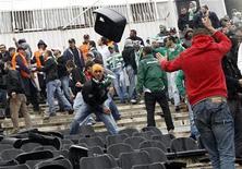 """<p>Фанаты """"Бурсаспора"""" кидают стулья в фанатов """"Бешикташа"""" перед матчем двух команд в Стамбуле 5 декабря 2010 года. Трое турецких футбольных фаната были доставлены в больницу с ножевыми ранениями перед матчем супер-лиги между """"Бешикташем"""" и действующим чемпионом """"Бурсаспором"""" в Стамбуле в воскресенье, сообщают местные СМИ. REUTERS/Murad Sezer</p>"""