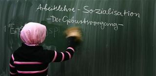 <p>A pupil wipes a blackboard in a German basic primary school in Berlin November 3, REUTERS/Tobias Schwarz</p>