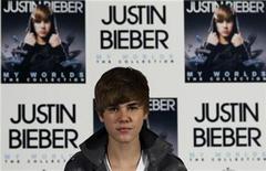 <p>Imagen de archivo del cantante Justin Bieber, durante una sesión de fotos en Madrid. Nov 29 2010 Como si los muñecos de Justin Bieber que cantan, el esmalte de uñas y su libro de memorias éxito en ventas no fueran suficientes para satisfacer a sus fanáticos, la estrella del pop ahora está lanzando su propio set de tarjetas de colección y calcomanías. REUTERS/Sergio Perez/ARCHIVO</p>