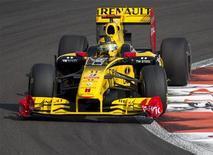 """<p>Пилот команды """"Рено Формула 1"""" Роберт Кубица во время третьей практики """"Гран-при Абу-Даби"""" 13 ноября 2010 года. Гоночная команда """"Рено Формула 1"""" будет в следующем году выступать в """"королевских гонках"""" под именем """"Лотус Рено GP"""" после заключения партнерского соглашения с малазийской компанией по производству спорткаров, сообщили обе стороны в среду. REUTERS/Steve Crisp</p>"""