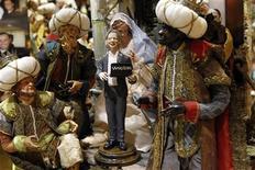 <p>Фигурка основателя сайта Wikileaks Джулиана Ассанжа в рождественском вертепе Дженнаро Ди Вирджилио, Неаполь 6 декабря 2010 года. Основатель WikiLeaks Джулиан Ассанж сейчас находится в лондонской тюрьме, однако в Неаполе он попал в неплохую компанию - к Иисусу, Марии и Иосифу. REUTERS/Ciro De Luca</p>