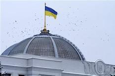 <p>Флаг Украины на здании парламента в Киеве 18 февраля 2010 года. Правительство Украины одобрило проект закона о госбюджете на 2011 год с дефицитом 3,08 процента к валовому внутреннему продукту и после доработки 10 декабря передаст документ на рассмотрение Верховной Рады, сообщил министр финансов Федор Ярошенко. REUTERS/Konstantin Chernichkin</p>