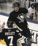 """<p>Игроки """"Питсбурга"""" радуются шайбе в ворота """"Торонто"""", Торонто 10 февраля 2007 года. """"Питсбург"""" одержал уверенную победу над """"Торонто"""" со счетом 5-2 в матче регулярного чемпионата Национальной хоккейной лиги (НХЛ), что стало для клуба 11-й победой подряд. REUTERS/Mark Blinch</p>"""