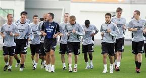 """<p>Игроки """"Ньюкасла"""" во время тренировки, Таллин 13 сентября 2006 года. Новым тренером английского """"Ньюкасла"""" стал Алан Пардью, сообщил клуб в четверг. REUTERS/Ints Kalnins</p>"""