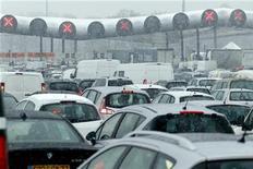 <p>Автомобилисты стоят в пробке из-за сильного снегопада в пригороде Парижа 8 декабря 2010 года. Несколько тысяч парижан были вынуждены провести ночь во временных укрытиях и даже собственных машинах из-за сильнейшего снегопада, обрушившегося на французскую столицу и почти парализовавшего движение автотранспорта. REUTERS/Mal Langsdon</p>
