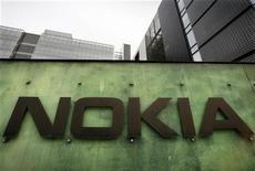 <p>Symbian, le système d'exploitation mobile de Nokia, voit peu à peu son avance sur son rival Android de Google fondre mais si le géant finlandais choisit de déclarer forfait dans la course aux logiciels, il pourrait n'en retirer qu'un bref répit. /Photo d'archives/REUTERS/Bob Strong</p>