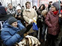 <p>Журналист Михаил Бекетов (слева) на инвалидной коляске участвует в митинге в Москве 21 ноября 2010 года. Химкинский городской суд отменил приговор мирового судьи, который в ноябре признал ставшего инвалидом журналиста Михаила Бекетова виновным в клевете на мэра подмосковных Химок. REUTERS/Sergei Karpukhin</p>