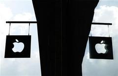 <p>Логотип Apple перед магазином в Нью-Йорке 19 июля 2010 года. Поставщики компонентов для продукции Apple Inc сообщили, что новые планшетники iPad будут оснащены камерами. REUTERS/Lucas Jackson</p>