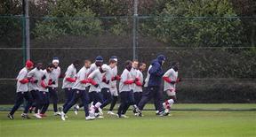 """<p>Игроки """"Арсенала"""" на тренировке в Лондон-Колни 16 февраля 2010 года. Новоиспеченные участники плей-офф Лиги чемпионов от Англии и по совместительству лидеры Премьер-лиги сойдутся в очных поединках в 17-м туре первенства страны. REUTERS/Kieran Doherty</p>"""