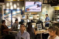 """<p>Empleados del canal opositor Globovisión en Caracas, dic 10 2010. Empleados del canal opositor Globovisión exigen que las autoridades venezolanas les vendan el 20 por ciento de sus acciones incautadas esta semana y llaman al presidente Hugo Chávez a cumplir con el respaldo a los trabajadores que ofrece su """"revolución socialista"""". REUTERS/Carlos Garcia Rawlins</p>"""