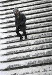 <p>Мужчина спускается по летнице в подземный переход в Москве, 9 декабря 2010 года. Москву ждет холодная и снежная рабочая неделя с ежедневным падением среднесуточных температур, прогнозируют синоптики. REUTERS/Nikolay Korchekov</p>