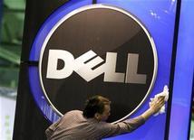 <p>Imagen de archivo del logo de Dell en una oficina en Hannover. Feb 28 2010 Dell Inc se encuentra en negociaciones para comprar a la compañía de almacenamiento de datos Compellent Technologies Inc por 27,50 dólares por acción, tras perder frente a Hewlett-Packard Co en una competencia por 3Par, otra compañía del sector. REUTERS/Thomas Peter/ARCHIVO</p>