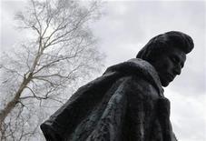 <p>Памятник Фредерику Шопену в его родной деревне Желязова-Воля, Польша 1 марта 2010 года. Ниже представлены некоторые культурные события, которые произойдут в Москве сегодня, 13 декабря. REUTERS/Kacper Pempel</p>
