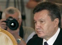 <p>Президент Украины Виктор Янукович на встрече глав государств-членов СНГ в Москве 10 декабря 2010 года. Президент Украины Виктор Янукович надеется, что разработанный правительством проект госбюджета на 2011 год будет одобрен поддерживающим его парламентским большинством до конца декабря с дефицитом не более 3,5 процентов валового внутреннего продукта. REUTERS/Alexander Natruskin</p>