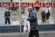 <p>A shopper walks past a store in Boston, Massachusetts October 1, 2009. REUTERS/Jessica Rinaldi</p>