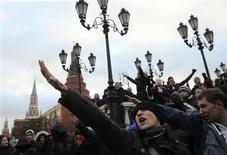 <p>Футбольные болельщики скандируют лозунги у стен Кремля, 11 декабря 2010 года. Президент России Дмитрий Медведев назвал погромом действия многотысячной толпы, скандировавшей у стен Кремля расистские лозунги и избивавшей людей неславянской внешности, а правящая партия пообещала прислушаться к националистам, признав за ними поддержку среди населения. REUTERS/Nikolai Korchekov</p>