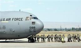<p>Солдаты армии США садятся в самолет в аэропорту близ Бишкека, 23 июля 2010 года. Таджикистан приветствовал бы размещение на своей территории авиабазы США в качестве щита на пути нестабильности из соседнего Афганистана, а также для поддержания нуждающейся во вливаниях экономики, говорится в донесениях американских дипломатов, опубликованных WikiLeaks. REUTERS/Vladimir Pirogov</p>