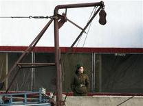 <p>Северокорейский солдат охраняет границу на реке Ялу 25 марта 2010 года. Северная Корея прокладывает туннель для проведения в марте 2011 года третьих ядерных испытаний, сообщила южнокорейская газета Chosun Ilbo, в то время как сама Южная Корея готовится к наиболее масштабным за свою историю военным учениям. REUTERS/Jacky Chen</p>