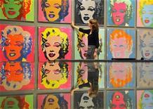 <p>Imagen de archivo de una obra de Andy Warhol en una casa de subastas en Londres. Ago 2 2010 El artista Andy Warhol puede ser más conocido por sus coloridas serigrafías y sus ingeniosas referencias a la cultura pop, pero una muestra en el Museo de Arte Moderno se concentra en sus reflexivas películas mudas. REUTERS/Toby Melville/ARCHIVO</p>
