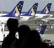 <p>Пассажиры смотрят на самолеты авиакомпании Air New Zealand, Сидней 16 сентябюря 2001 года. Авиакомпания Air New Zealand удалила сценку из своего видеоролика по безопасности полета, где регбист отказывается поцеловать стюарда-гомосексуалиста. REUTERS/Mark Baker</p>